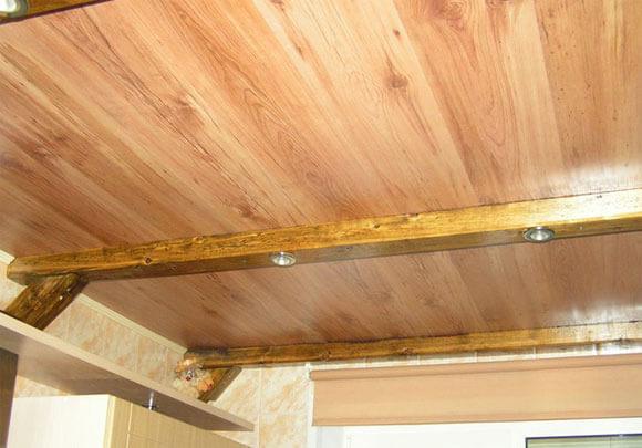 устройство потолка в деревянном доме особенности