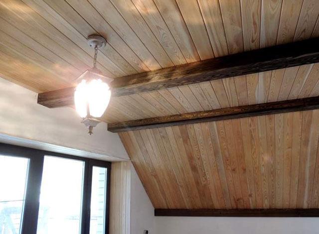 отделка потолка имитацией бруса в деревянном доме