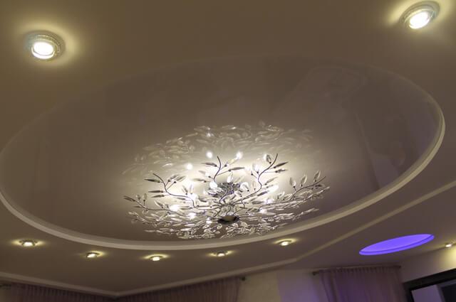 какую люстру можно вешать на натяжной потолок