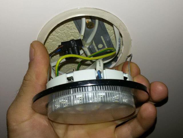 как поменять лампочку в навесном потолке
