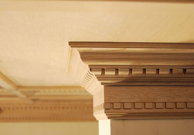деревянный плинтус для потолка