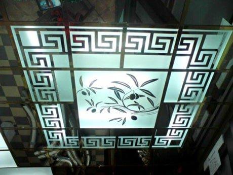 Потолок со стеклянными витражами