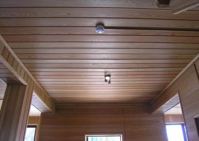 потолок из имитации бруса в деревянном доме