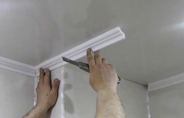 как правильно крепить потолочные плинтуса