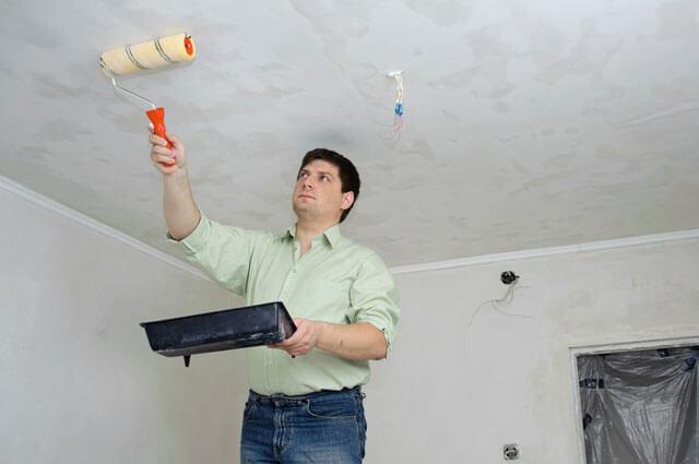 как правильно белить потолок валиком