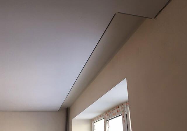 натяжной потолок со шторами в потолке