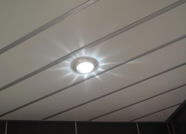 установка светильников в реечный потолок