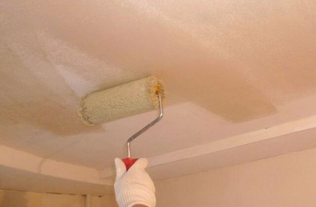надо ли грунтовать потолок перед покраской