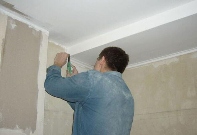 как крепить потолочный плинтус к потолку