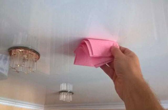 как очистить натяжной потолок