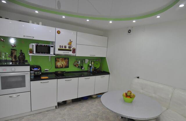 потолок с лампочками на кухне