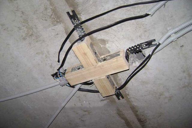 как повесить светильник на потолок