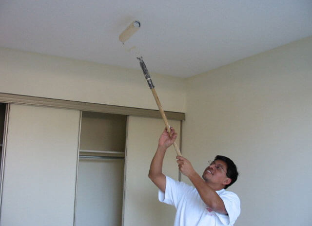 как забелить желтые пятна на потолке
