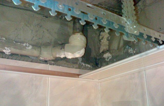 реечный алюминиевый потолок в ванной комнате