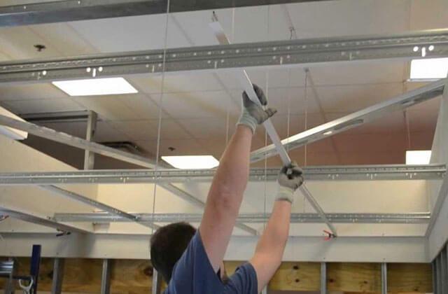 как установить потолок Армстронг