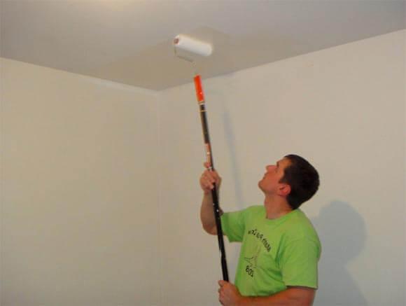 чем и как красить обои на потолке