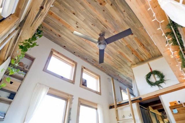 Прибор освещения на потолке из ламината