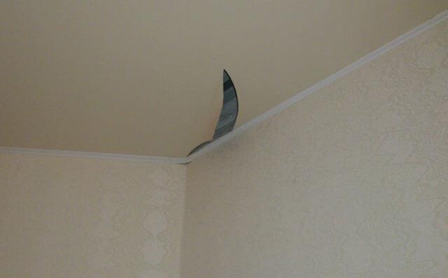как устранить порез на натяжном потолке