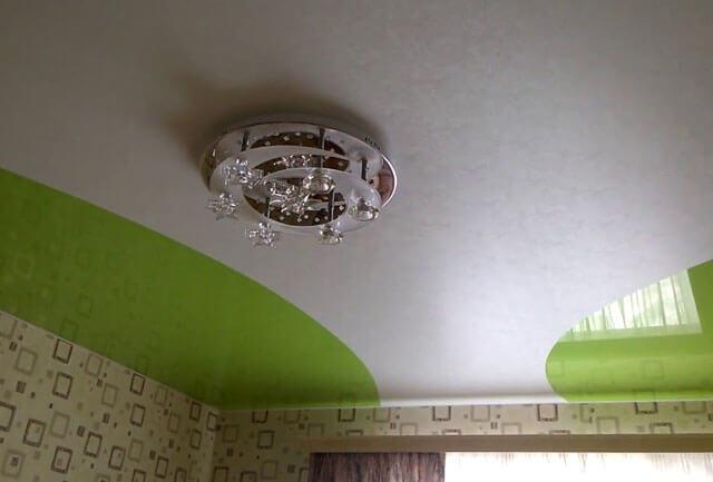 натяжные потолки спайка двух цветов