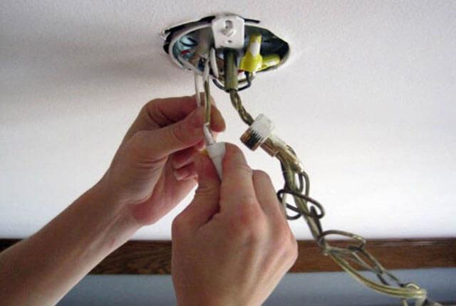 как прикрепить люстру к потолку без крюка
