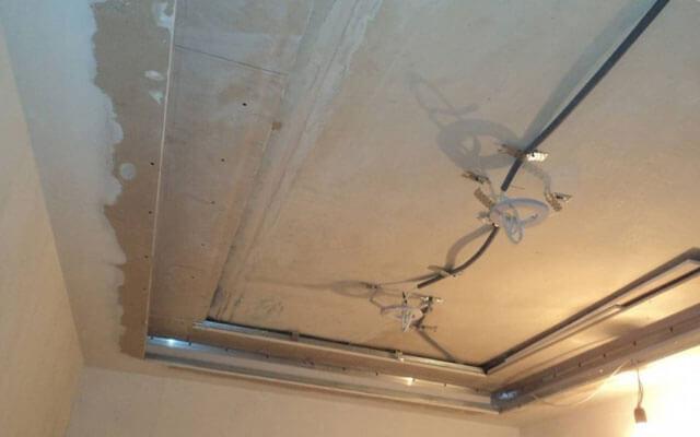 как натягивают потолки