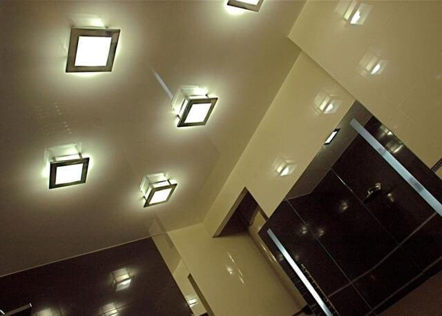 потолок в ванной комнате с подсветкой