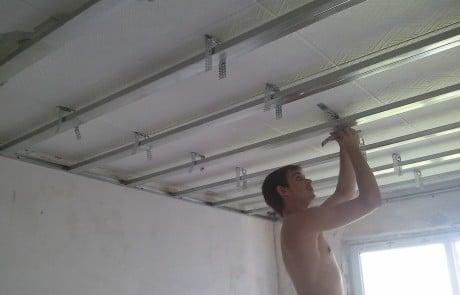 работа со скобами на потолке