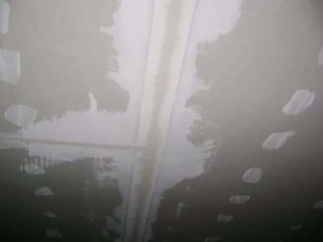проклейка армирующей лентой на потолке