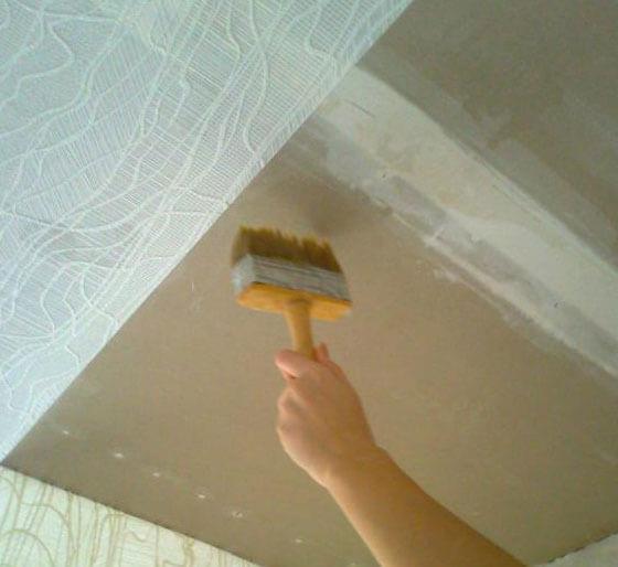 чем оклеить потолок