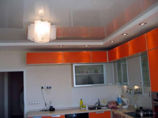 натяжной потолок на кухне с установкой