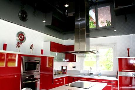 Черный потолок в кухне