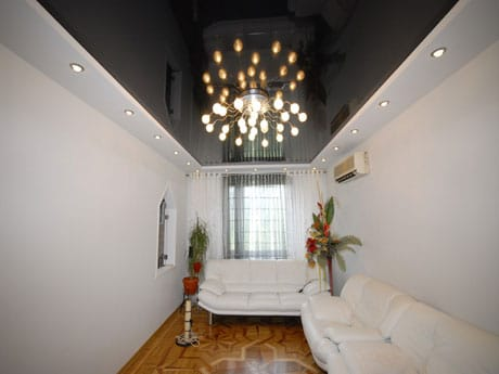 Черный потолок и белые стены в гостиной