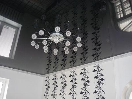Большая люстра на черном потолке