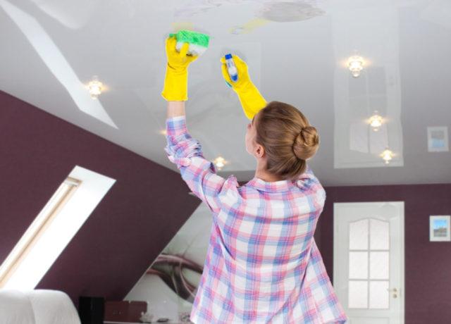 Влажная уборка глянцевого потолка