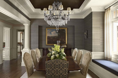 Беело-черный потолок в классической гостиной