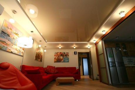 Сочетание бежевого потолка с красной мебелью