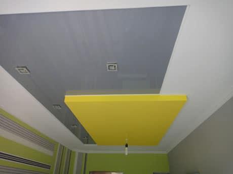 Серо-желтый цвет потолка