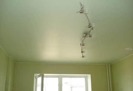 Светлый потолок и более темные стены