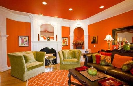 Яркий цветной потолок в гостиной