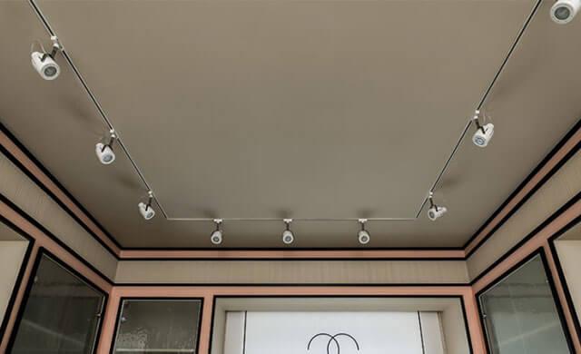 натяжные потолки со спотами