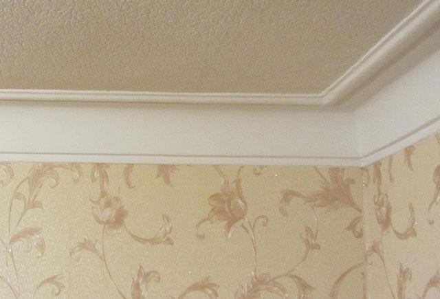 как покрасить золотом потолочный плинтус
