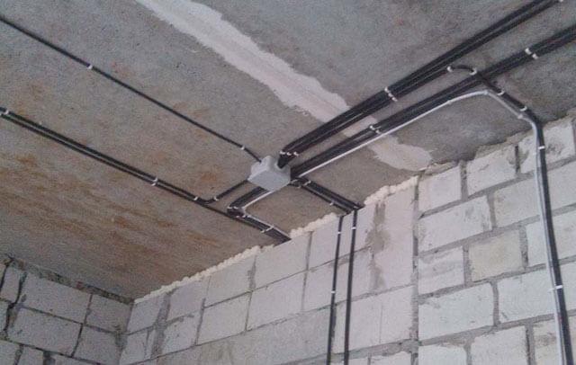 прокладка проводов по потолку