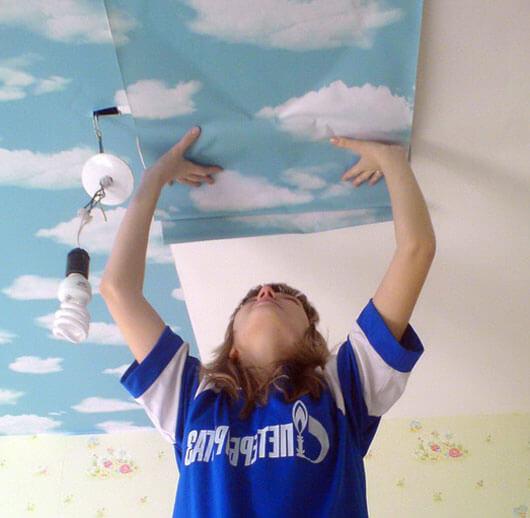 как клеить обои на потолок небо