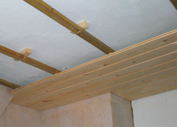 потолок из дерева преимущества