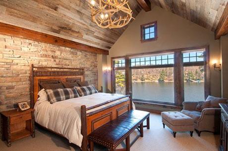 Деревянный потолок в спальне дома