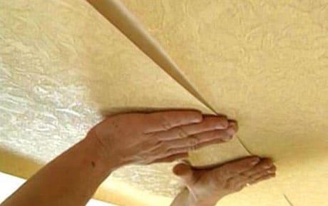 Процесс оклеивания потолка обоями