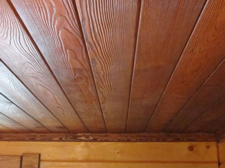Кедровая доска в обшивке потолка