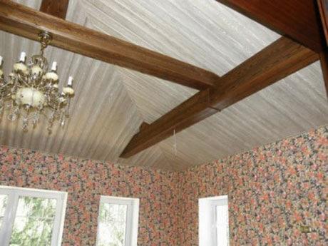 Вагонка на потолке комнаты