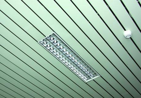 Отделка потолка металлическими рейками