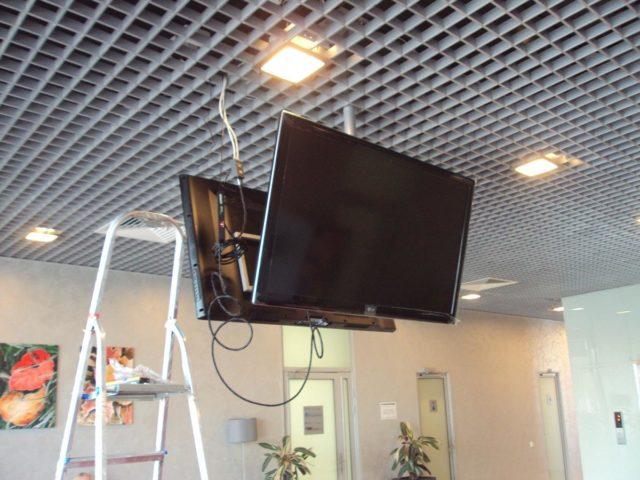 Два телевизора на потолке